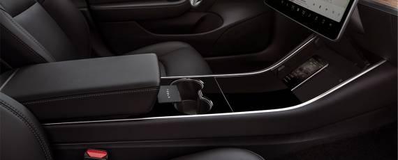 Tesla Model 3 - spațiu depozitare smartphone (01)