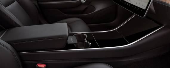 Tesla Model 3 - spațiu depozitare NFC