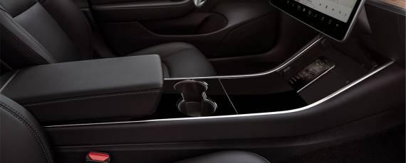 Tesla Model 3 - spațiu depozitare smartphone (02)